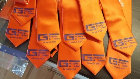 Cravates pour un mariage avec le logo de l'entreprise du marié revisité
